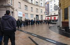 Brutális sor áll a Corvin Mozi előtt, mindenki széket akar venni – fotó!