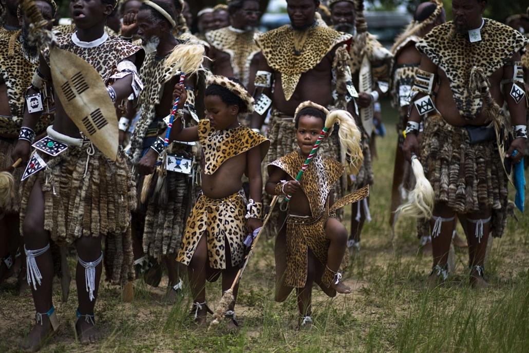 afp. Dál-Afrika, Durban, 2014.01.26. zulu törzs, leopárd, műszörme, leopárd bőr, Shembe férfiak