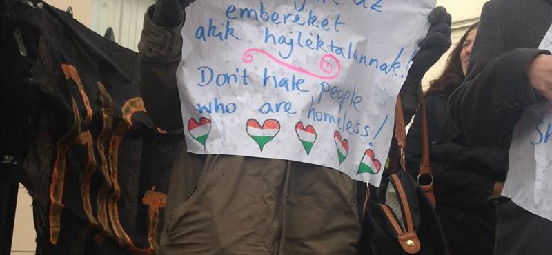 """Képek: """"Bárkiből egy perc alatt válhat hajléktalan"""" - Londonban tüntettek egy magyar ügy miatt"""