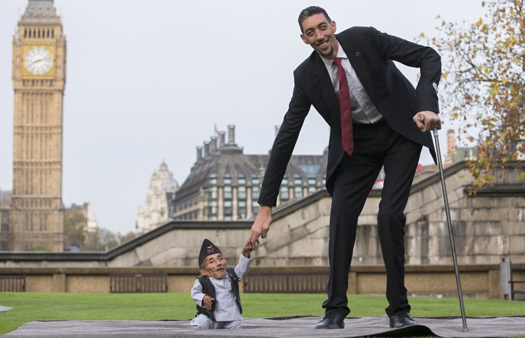 afp. legkisebb és legmagasabb ember - 2014.11.13. London, Egyesült Királyság, Chandra Bahadur Dangi, from Nepal, (L) the shortest adult to have ever been verified by Guinness World Records, poses for pictures with the world's tallest man Sultan Kosen from