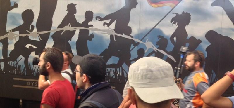 Határnyitásra emlékező vonatot rohantak meg a menekültek – fotók