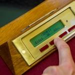 """Egy eldugott jogszabállyal most törölték el a """"pofátlan végkielégítések"""" különadóját"""