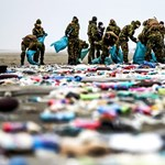 Teherhajó-baleset: 24 millió műanyagdarabot mosott partra a víz