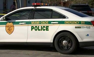 Rátérdelt egy fekete nő nyakára egy rendőr Miamiban