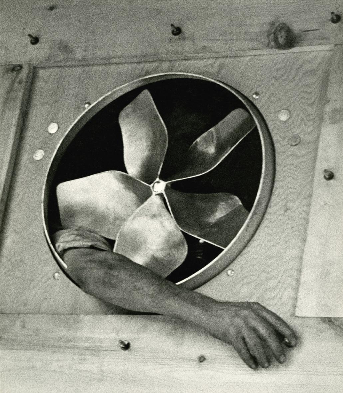 Kar és ventillátor, 1937 - Zselatinos ezüst nagyítás - 1940-50-es évekből
