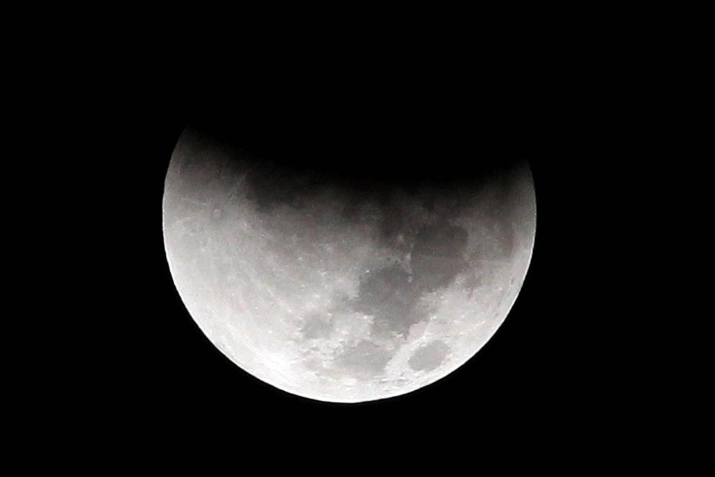 afp.15.09.28. - Kairó, Egyiptom: holdfogyatkozás Kairóban - szuperhold