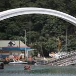 Összeomlott egy híd Tajvanon egy nappal azután, hogy tájfun söpört végig az országon - fotók