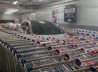 Beépítették a bevásárlókocsik közé a szabálytalanul leparkolt autót