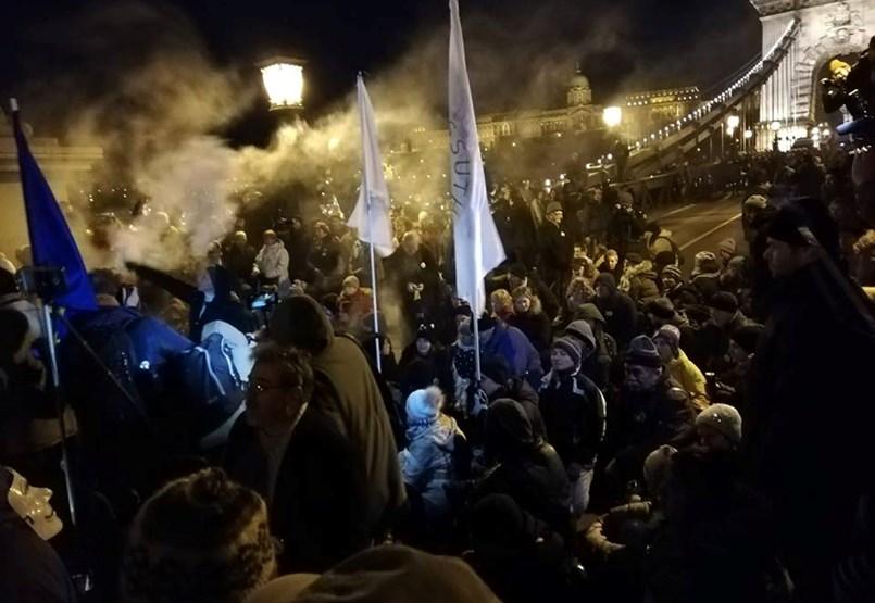 Blokád alatt a Lánchíd: a rendőrök igazoltatják és elviszik a tüntetőket - tüntetés percről percre