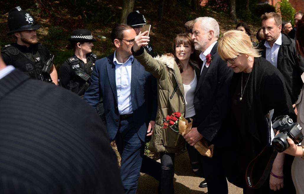 afp.17.06.07. A munkáspárti Jeremy Corbyn szelfizik támogatóival egy kampányrendezvényen