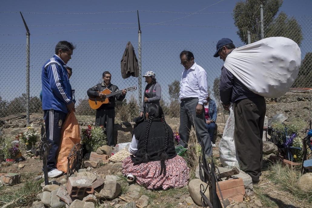 afp.16.11.02. Halottak napja mindenszentek nagyítás Egy Aymara család rokonuk sírjánál a bolíviai El Alto Tarapaca temetőjében