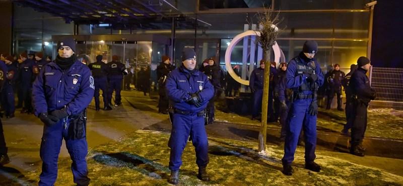 A magyar közszolgálati média Fidesz-közeli ügyvédi irodával perli az ellenzéki képviselőket