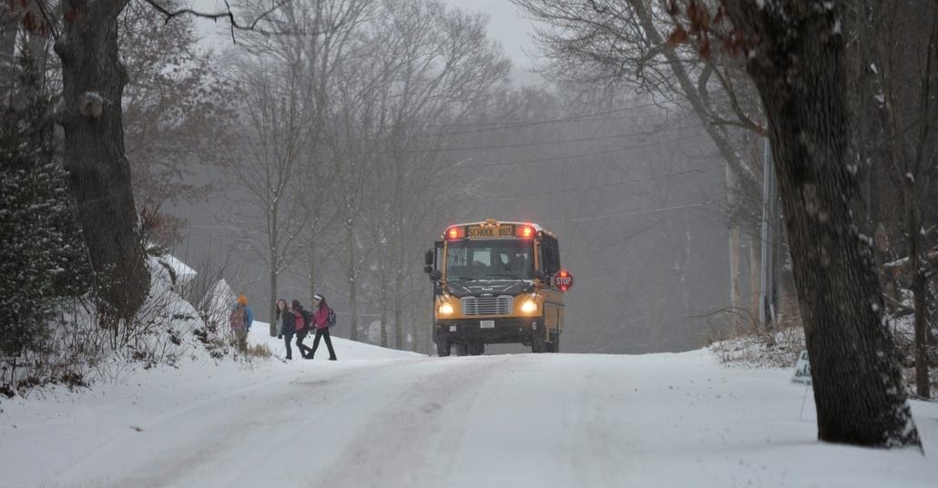afp.14.01.06. - Norfolk, USA: - Iskolabusszal érkeznek haza gyerekek a hóesésben a Massachusetts állambeli Norfolkban - havazás, időjárás