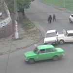 Vontatni kellett a Ladát, de nem jutottak vele messzire – videó