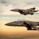 16 rakétával a fedélzetén képes bárhova odacsapni a Boeing vadászgépe – videó
