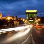 Fotó: Ma estére olimpiai díszkivilágítást kapott a Lánchíd
