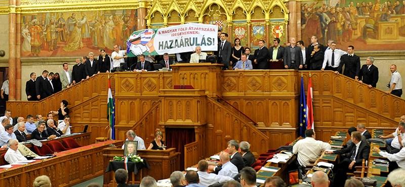 Botrány a parlamentben: megzavarta a Jobbik a földtörvény szavazását