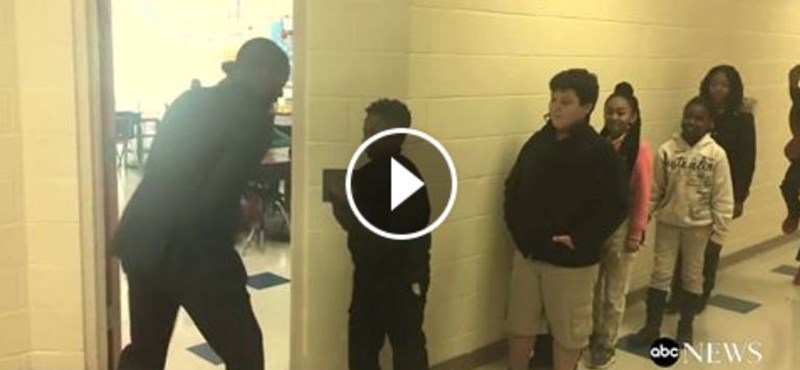 Minden diákkal egyedi pacsizást nyomat egy tanár