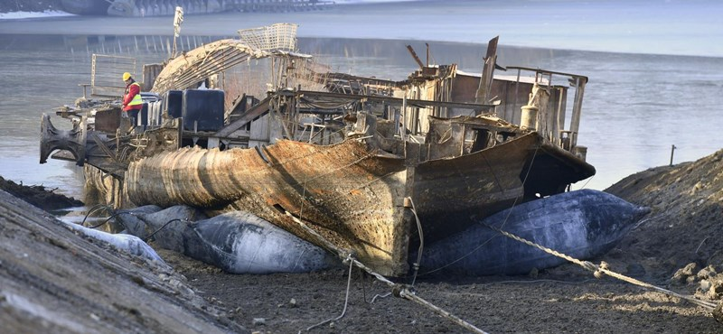 Elkezdődött a 2012-ben elsüllyedt szegedi hajólegenda kiemelése