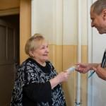 Elvonások ide vagy oda, több önkormányzat is pénzt oszt karácsonyra a nyugdíjasoknak