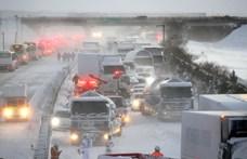 130 jármű rohant egymásba egy japán hóviharban