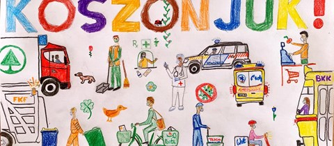 Gyerekrajzok kerülnek ki a kapukra egy budai utcában