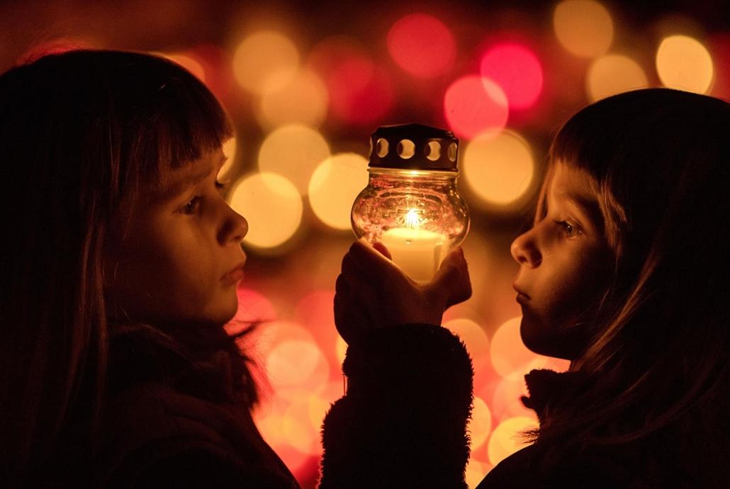afp.17.11.01. Halottak napja mindenszentek nagyítás Ikrek gyertyát gyújtanak a pozsonyivánkai temetőben