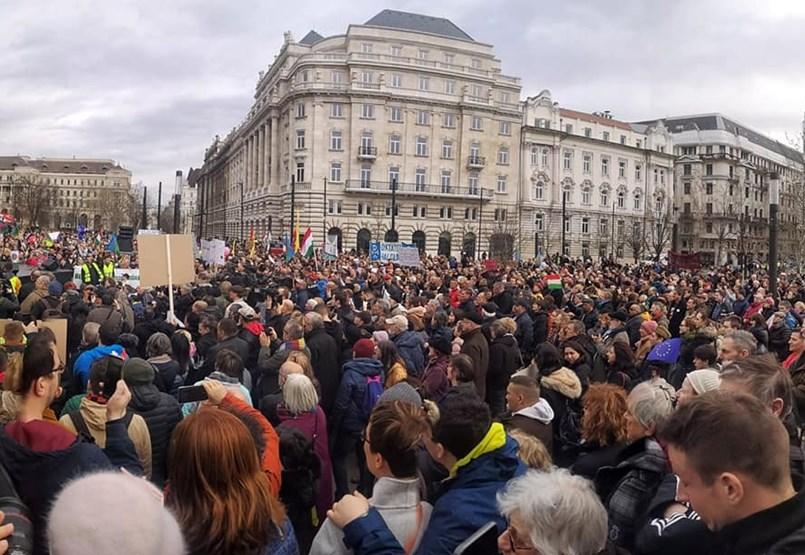 """""""Egy Magyarország, ide tartozunk""""  - Budapesten tüntetnek a gyöngyöspatai kártérítések miatt"""