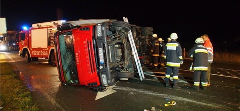 Fotó: suzukis borított fel egy kamiont a 44-esen