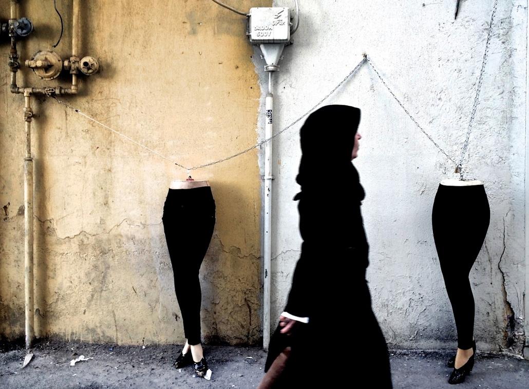 afp. hét képei - Teherán, Irán, 2014.12.15.  iráni nő elsétál, próbababák