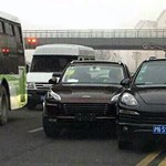 A nap képe, amikor kínai klónjával csattan egy Porsche