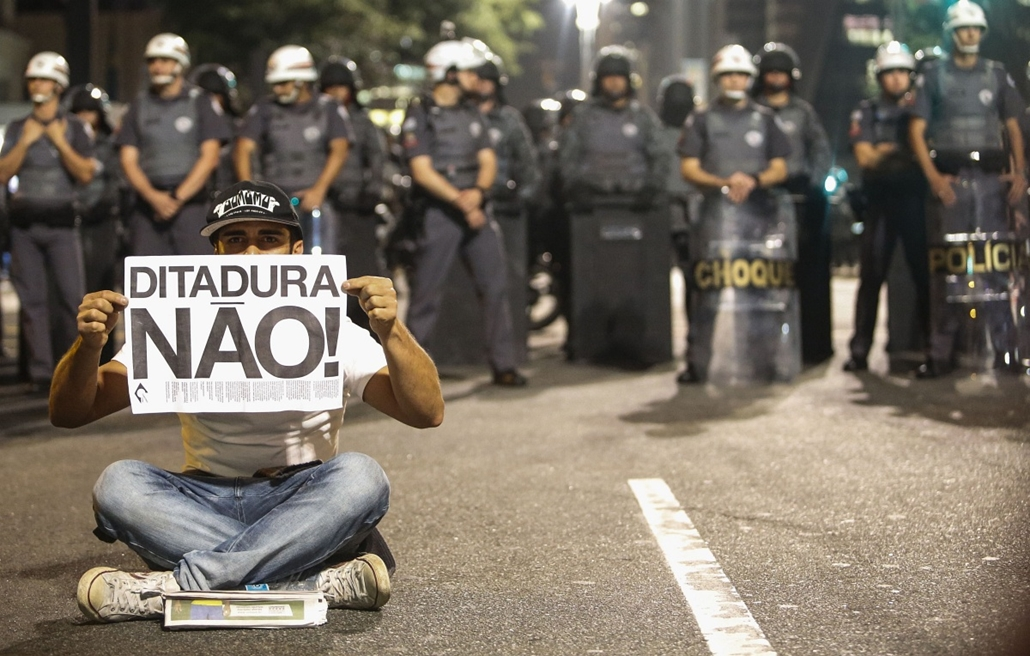 afp. hét képe 0623-0628 - Sao Paulo, Brazília, 2014.06.26. demonstráció - Demonstrators protest in Sao Paulo, Brazil on June 26, 2014. The placard reads No Dictatorship!.