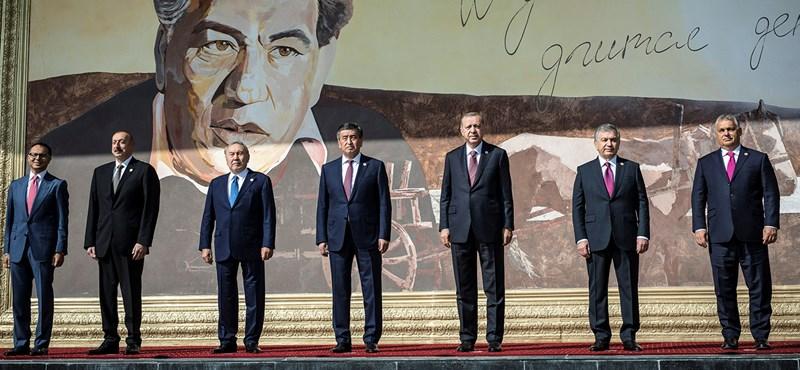 Visszatért a hurkás nadrág: Orbán a kirgizeknél is bevetette kedvenc ruhadarabját