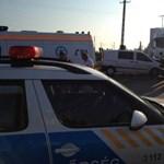 Fotók: Kamionnak csapódott egy mikrobusz a 42-esen