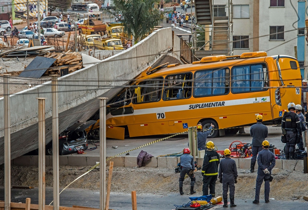 afp.14.07.03. - Belo Horizonte, Brazília: frissen épített felüljáró / híd omlott az útra - buszt és autót talált el - vb14meccs, foci-vb 2014