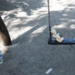 Árulkodó tábla Józsefvárosban: tilos a játszóterezés 12 éven felül?