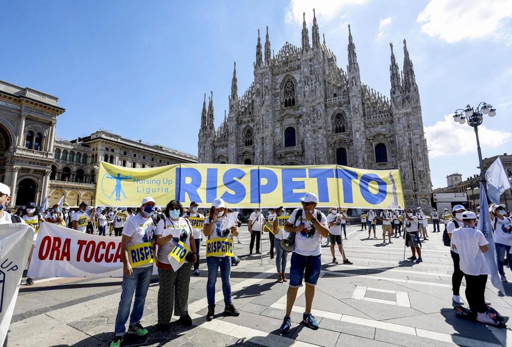 mti.20.07.04. Egészségügyi dolgozók tüntetnek Milánóban 2020. július 4-én. A tüntetők magasabb bért és az állami kórházak rendszerének nagyobb anyagi támogatását követelik.