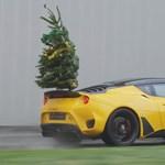 A nap videója: karácsonyfát még sosem szállítottak autóval ennyire látványosan