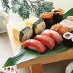 Hallatlan! Túlfőtt rizzsel tálalták a szusit a menzán