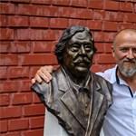Szobrot kapott Csukás István Balatonszárszón