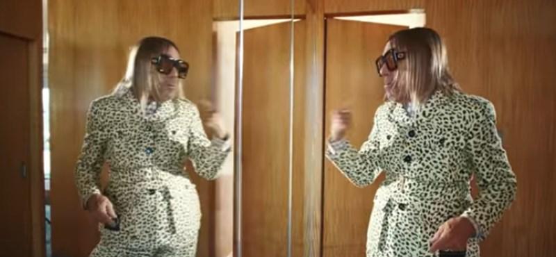 A punk keresztapja ezúttal egy Gucci-reklámban tűnik fel a papagájával