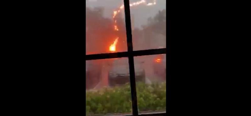 Felhúzta a redőnyt, a szemben lévő házba épp akkor csapott bele a villám – videó
