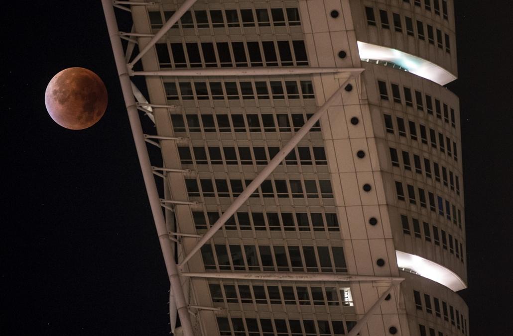 afp.15.09.28. - Malmó, Svédország: holdfogyatkozás a Turning Torso épületének részletével - szuperhold