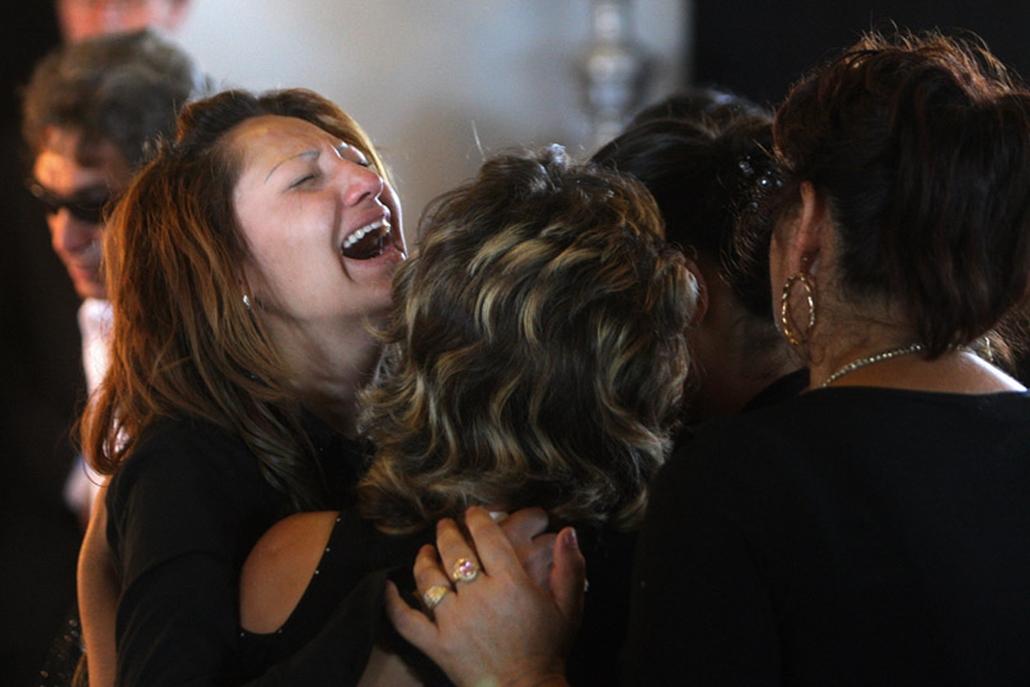 Eltemették a Kislétán sörétes lőfegyverrel meggyilkolt 45 éves asszonyt. Tizenhárom éves kislánya a támadás során életveszélyes sérüléseket szenvedett. A temetésen az áldozatról családtagjain kívül roma önkormányzati vezetők és politikusok is megemlékeztek.