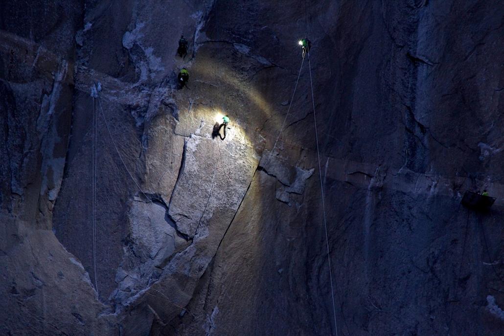 AP_! - jan.24-ig! - Yosemite Nemzeti Park, USA: mászók az El Capitan gránitmonolit Hajnalfalnak nevezett oldalán