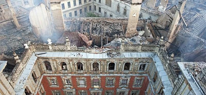 Még éjjel is parázslott az Andrássy úton kiégett ház