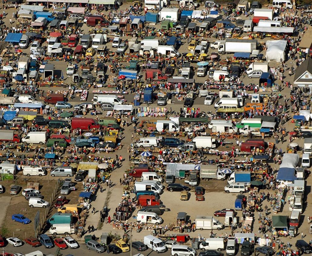 Csúcsforgalom  a város szélén lévő vasárnapi piacon Gyál határában.