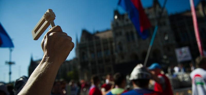 Erődemonstráció: A legnagyobb szakszervezetek is beálltak a tanárok mögé