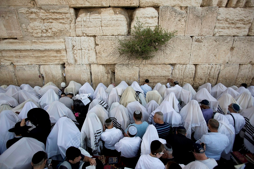 epa.16.04.25. - Jeruzsálem, Izrael: Ultraortodox zsidók fejüket imasállal letakarva imádkoznak a Siratófalnál, Jeruzsálem óvárosában. - 7képei