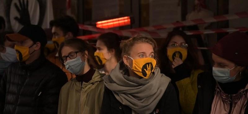 Blokád vagy oszlatás? Élő tudósítás az SZFE mai sajtótájékoztatójáról